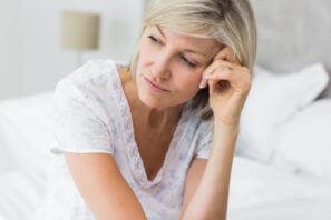 Deprese-1-closeup-tensed-mature-woman-sitting-bed-174160214-297x198